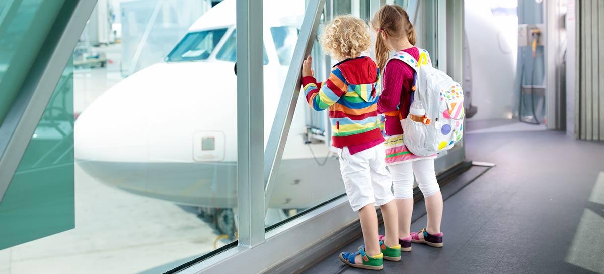 Kinder schauen auf Flugzeug